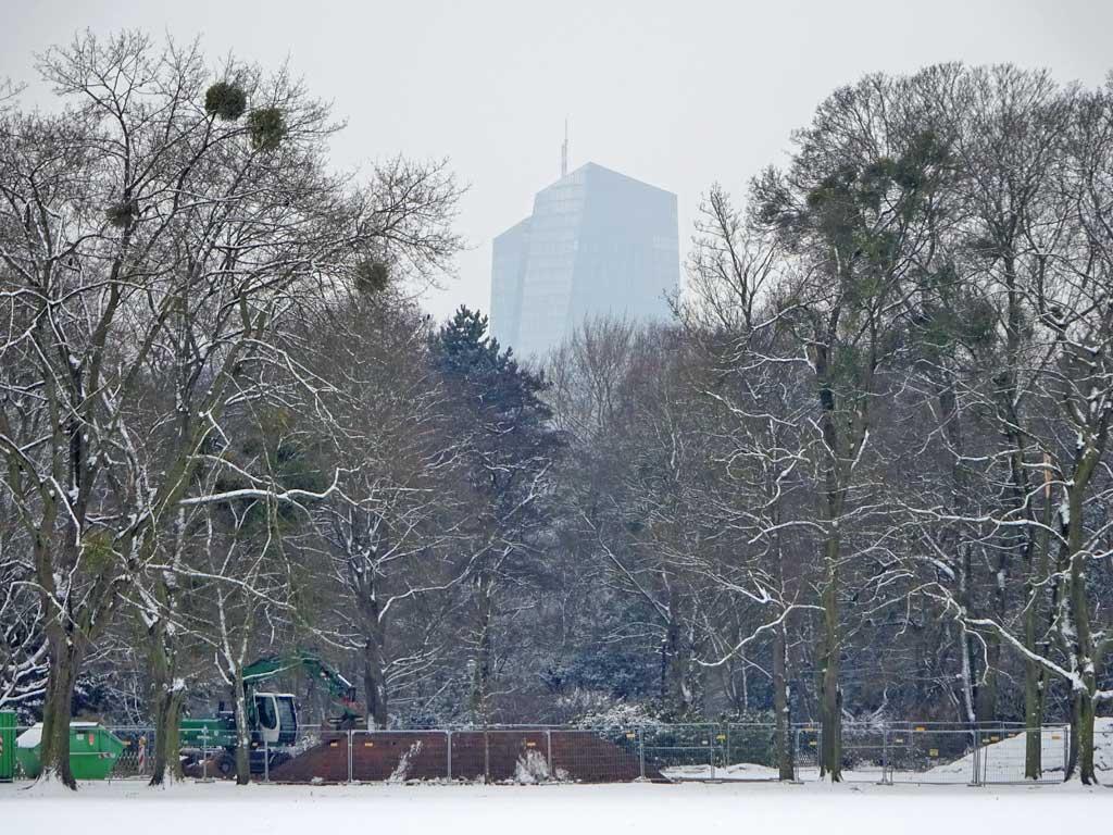 Ostpark im Schnee mit EZB im Hintergrund