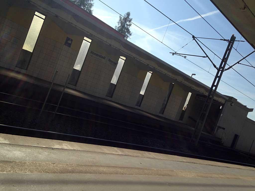 Licht durch Fenster auf schattigem Bahnsteig