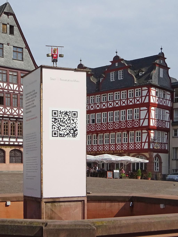 Justitia am Römerberg im Eintracht-Frankfurt-Trikot