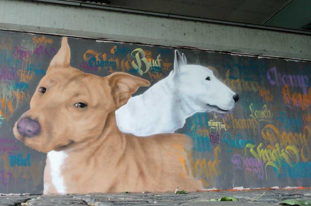 Hunde-Graffiti an der Friedensbrücke