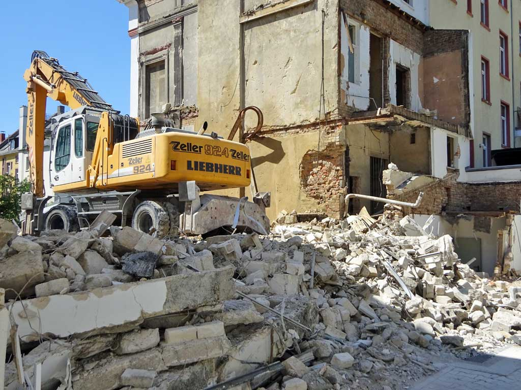 Bagger und Bauschutt bei der Baustelle in der Höhenstraße