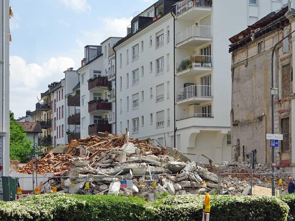 Bauschutt auf der Baustelle in der Höhenstraße