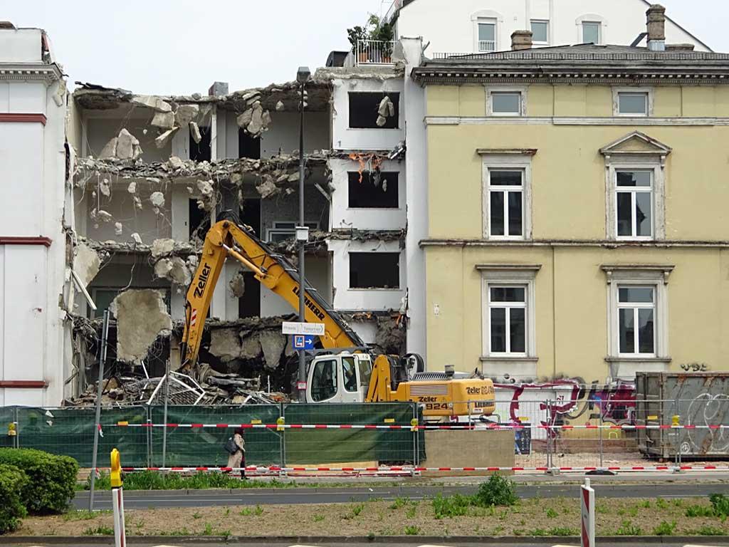 Abbrucharbeiten beim Café Wien in Bornheim