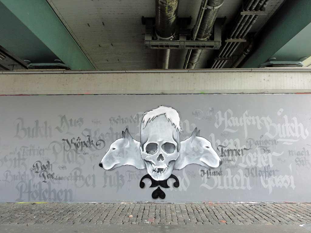 Hunde- und Totenkopf-Graffiti an der Friedensbrücke