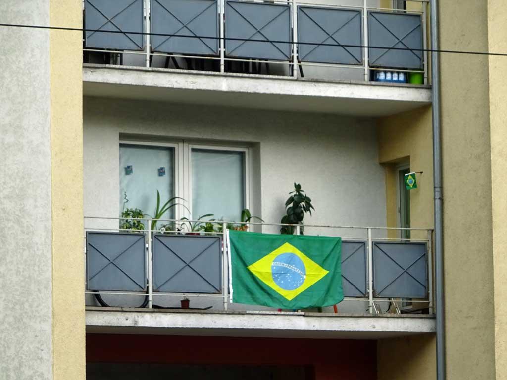 Fußball WM 2018 - Brasilien-Flagge in Frankfurt