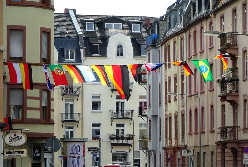 Flaggen in Frankfurt während der Fußball-WM 2018