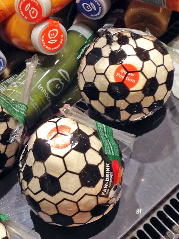 Trinkkokosnuss mit Fußballverpackung