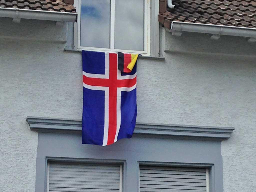 Fußball WM 2018 - Island-Flagge in Frankfurt
