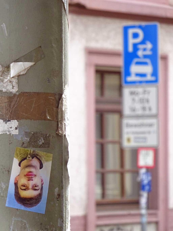 Aufkleber in Frankfurt mit unbekannten jungen Mann