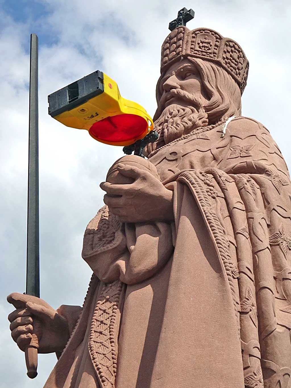 Karl der Große Statue mit Baustellenlicht
