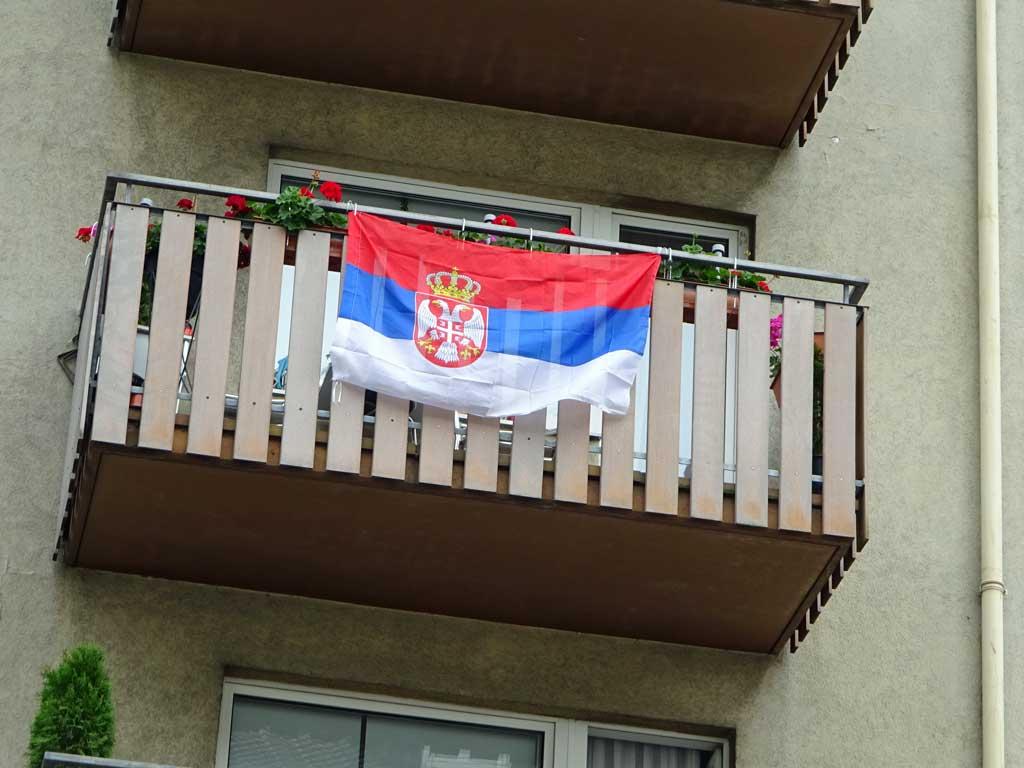 Fußball WM 2018 - Serbien-Flagge in Frankfurt