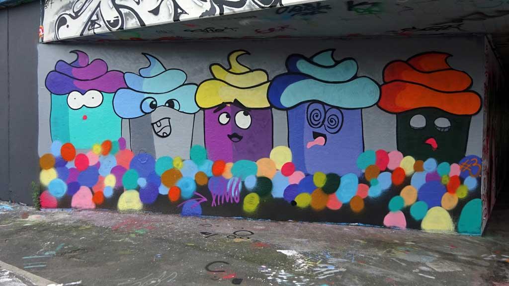 Shit-Head-Emojis-Graffiti bei der Hall of Fame in Frankfurt