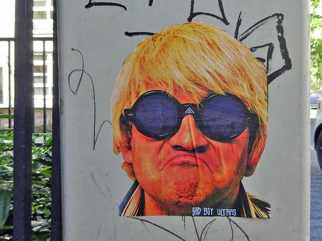 """Blonder Kerl mit Sonnenbrille und """"Sad Boy Ultras""""-Text"""