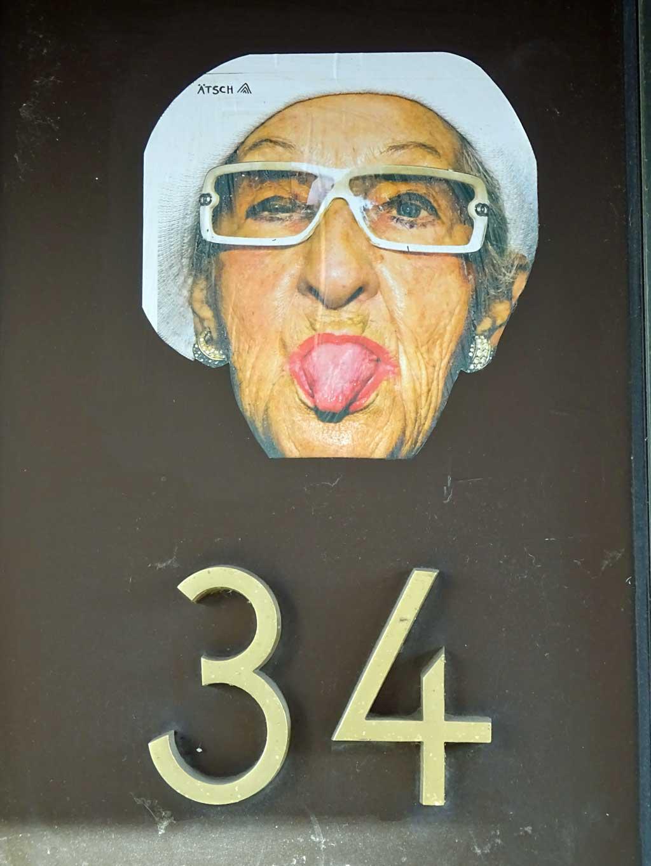 """Alte Frau streckt Zunge raus mit """"Ätsch""""-Text"""