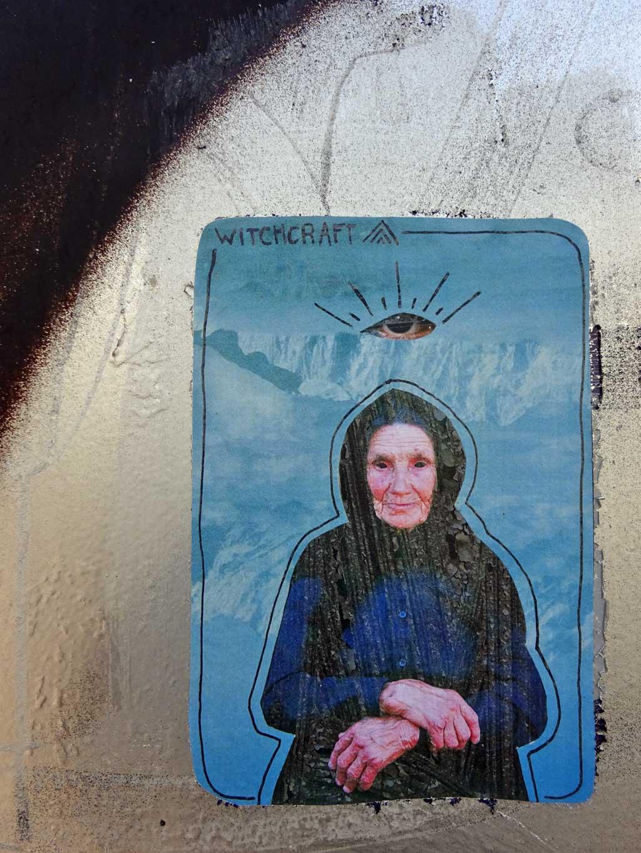 """Alte Frau mit """"Witchcraft""""-Text"""