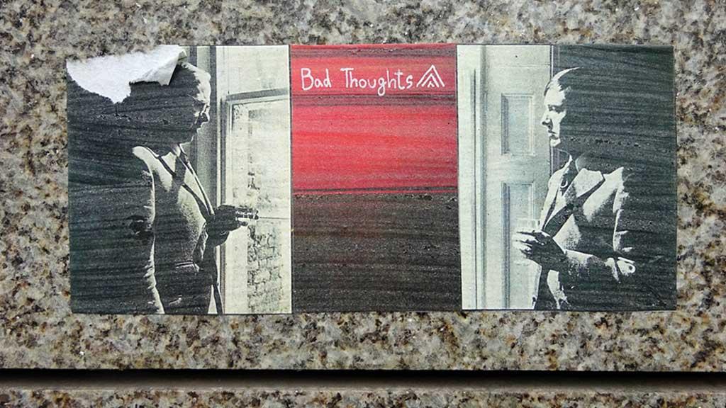 """Zwie Männer am Fenster und """"Bad Thoughts""""-Text"""