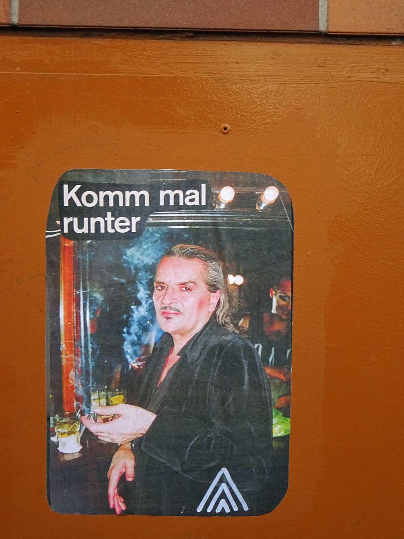 "Getränk in Bar mit ""Komm mal runter""-Text"