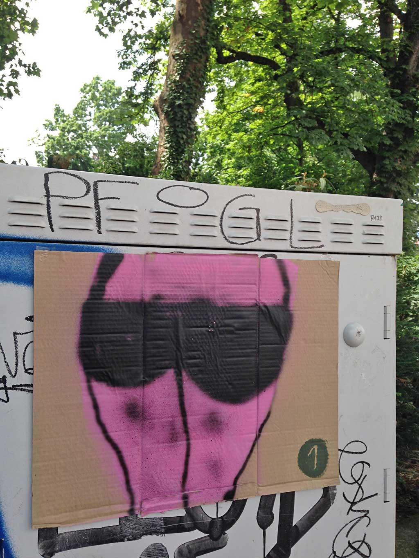 Streetart Frankfurt - Hintern auf Karton