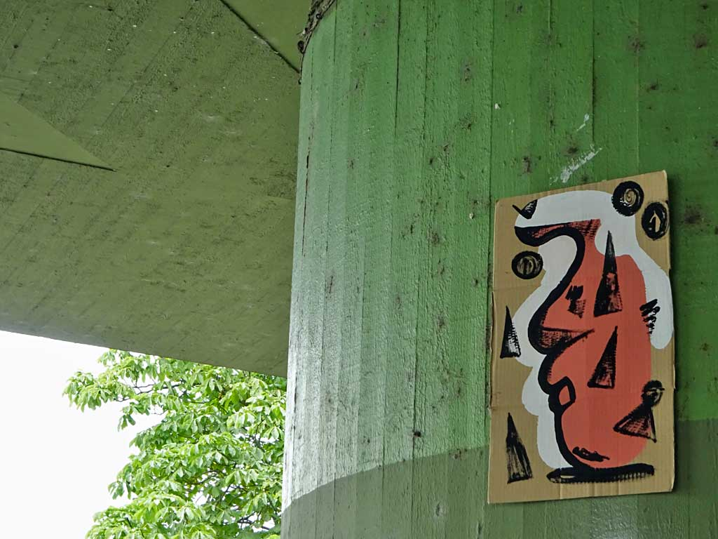 Streetart Frankfurt - Abstraktes Gesicht auf Pappe