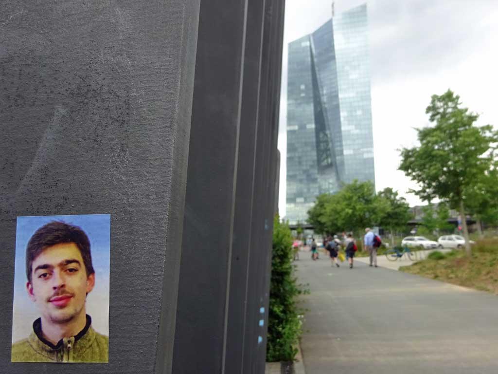 Aufkleber in Frankfurt mit dem Typ vom Foto