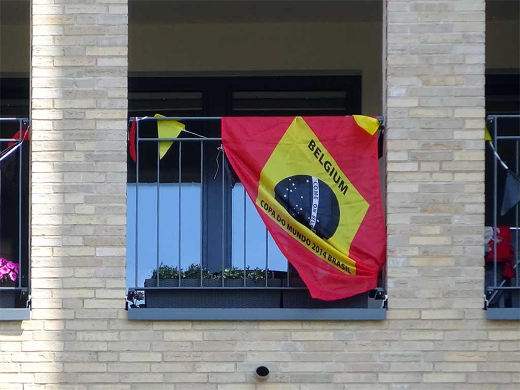 Fußball WM 2018 - Brasilien-mit-Belgien-Flagge in Frankfurt