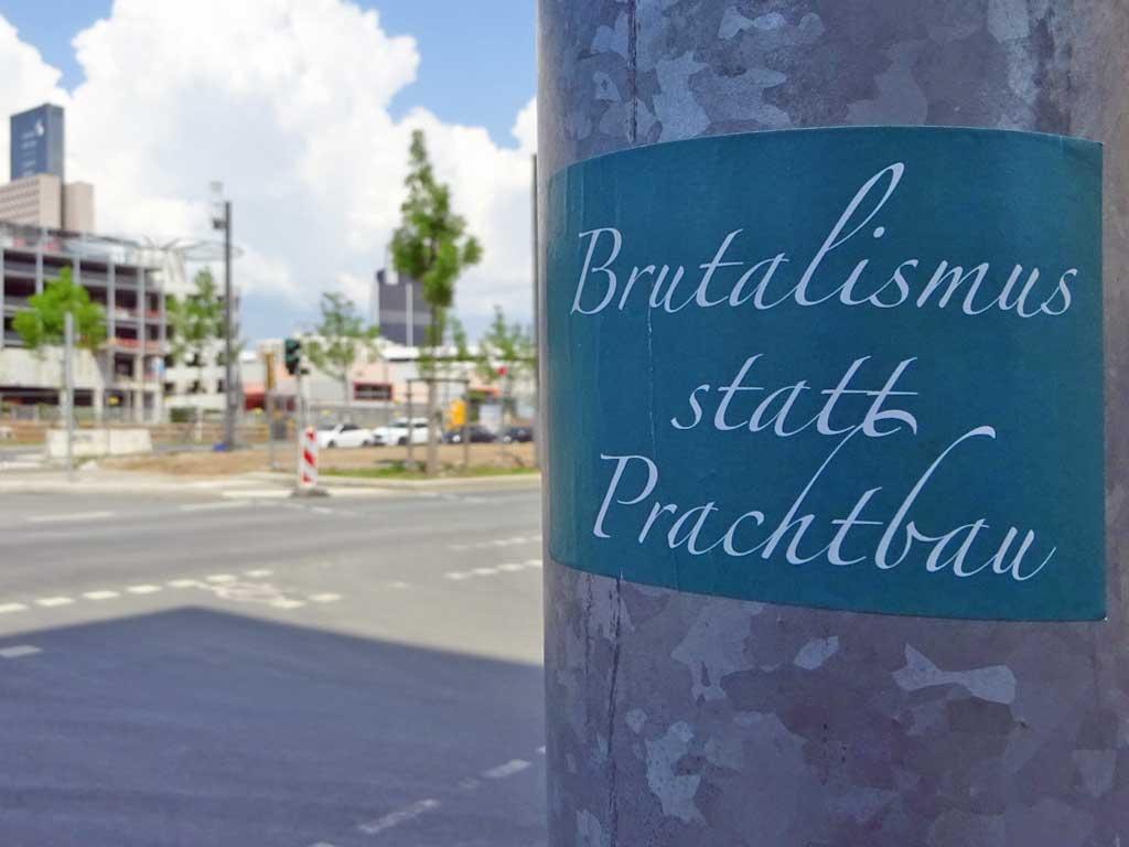 Straßen-Aufkleber in Frankfurt - Brutalismus statt Prachtbau