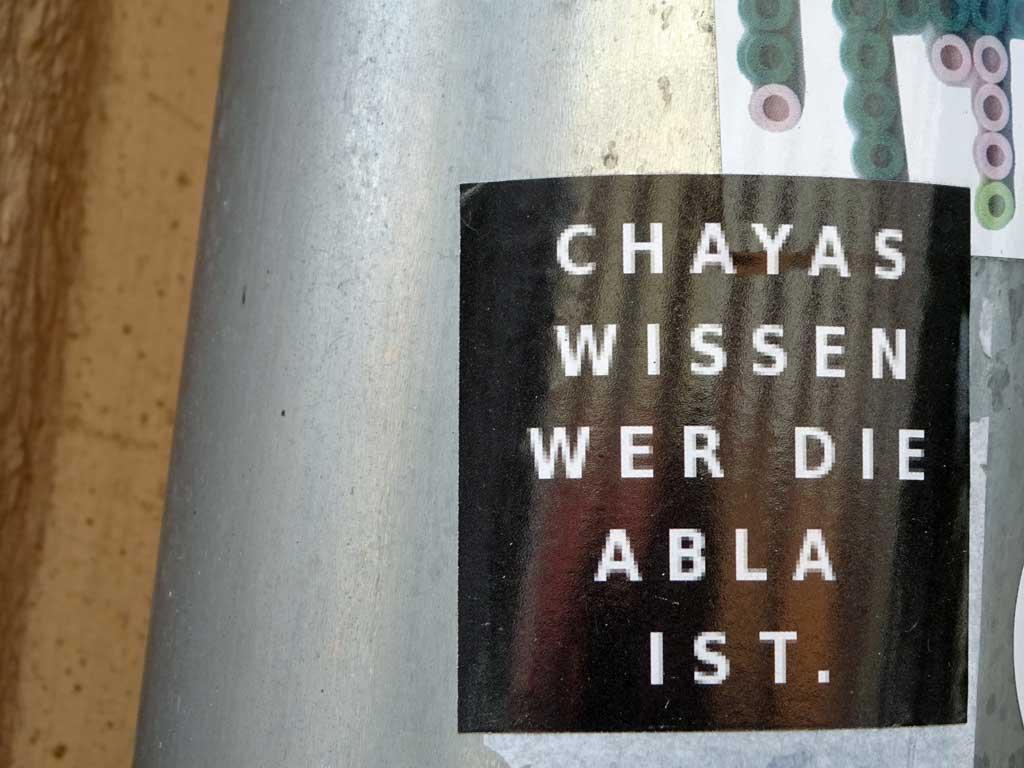 Straßen-Aufkleber in Frankfurt - Chayas wissen wer die Abla ist