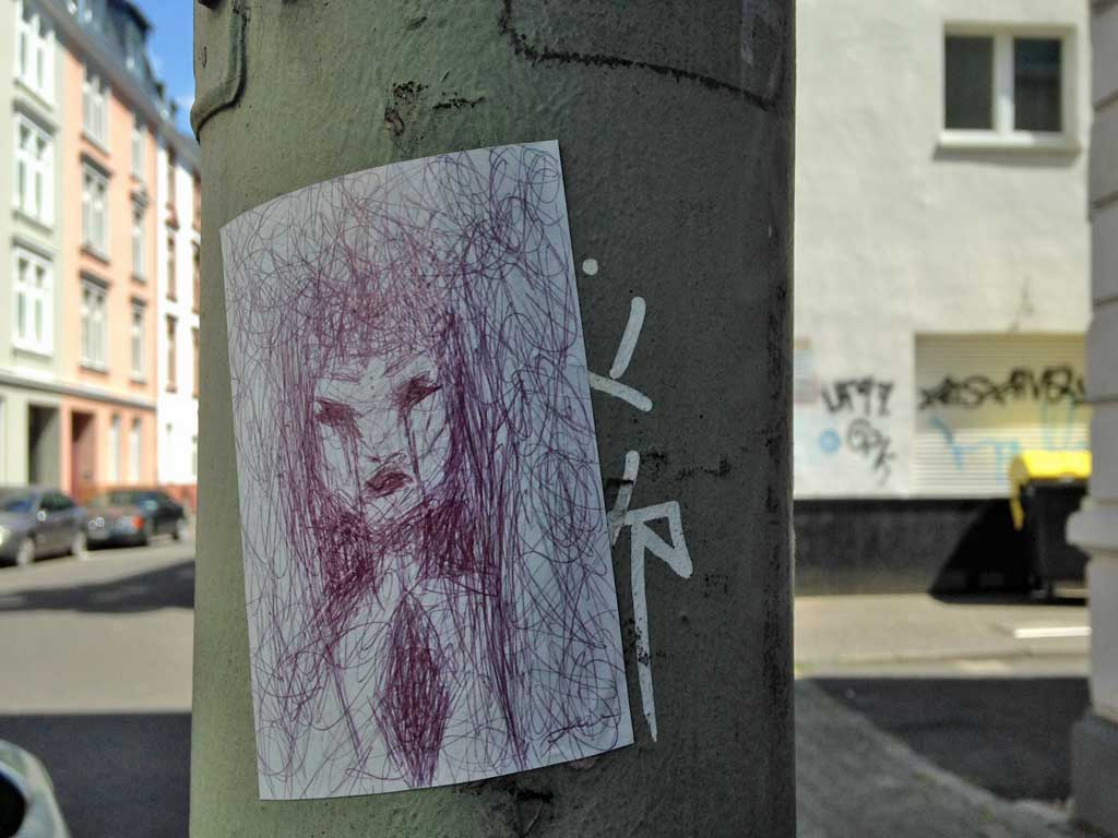 Straßen-Aufkleber in Frankfurt - Gekritzelte Frau