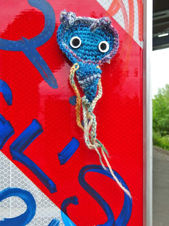 Streetart mit Häkeln in Wiesbaden von Vandalette