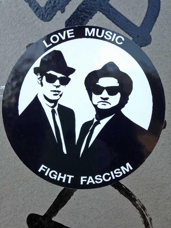 Straßen-Aufkleber in Frankfurt - Love Music Fight Fascism