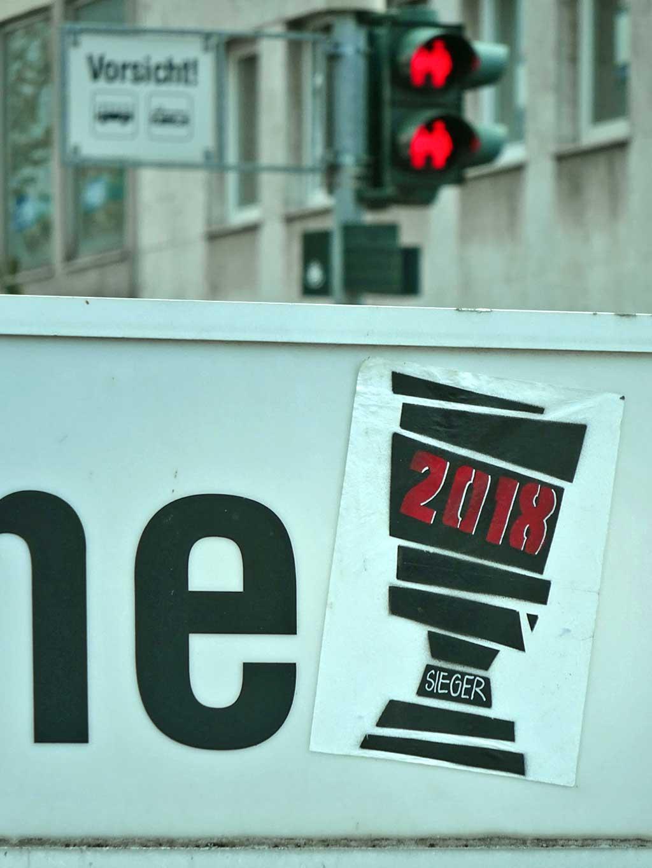 """Aufkleber in Frankfurt - Pokal mit Aufschrift """"2018"""" und """"Sieger"""""""