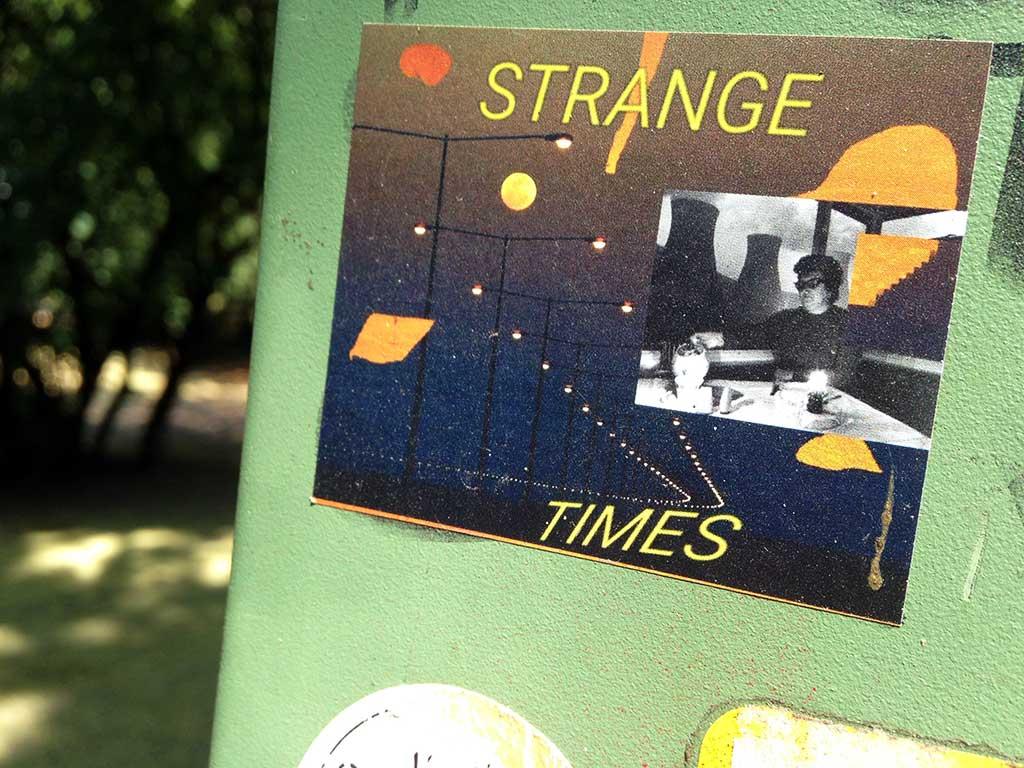 Straßen-Aufkleber in Frankfurt - Strange Times