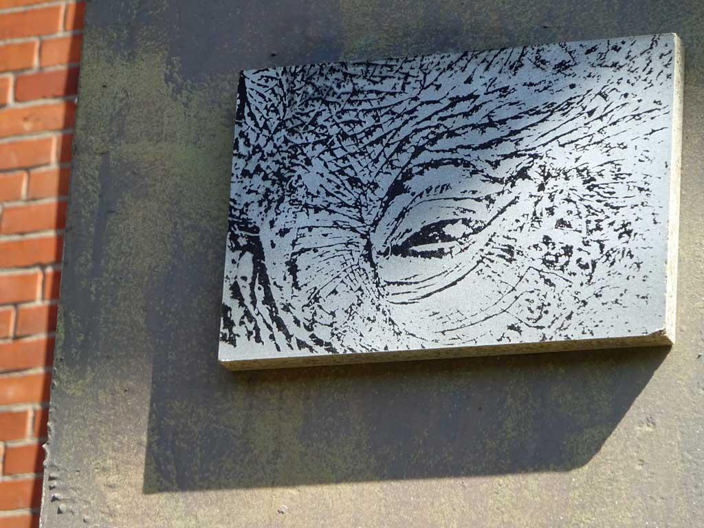 Street-Art in Frankfurt - Brett mit Elefantenauge