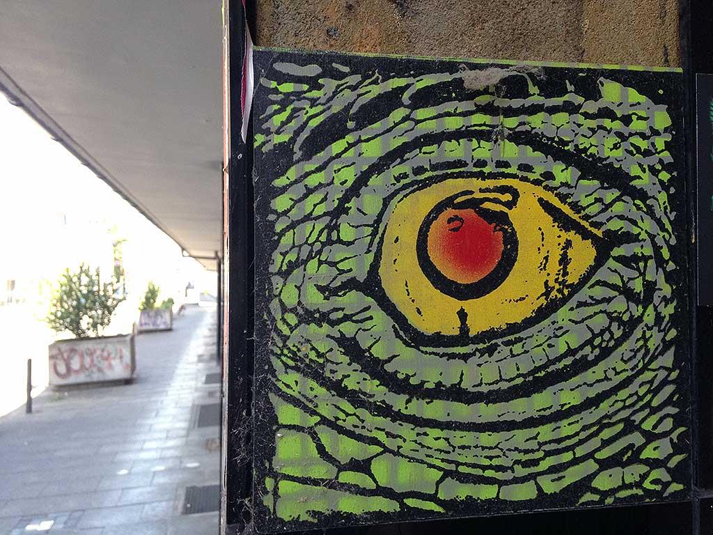 Street-Art in Frankfurt - Holz-Brett mit Alligarotorauge