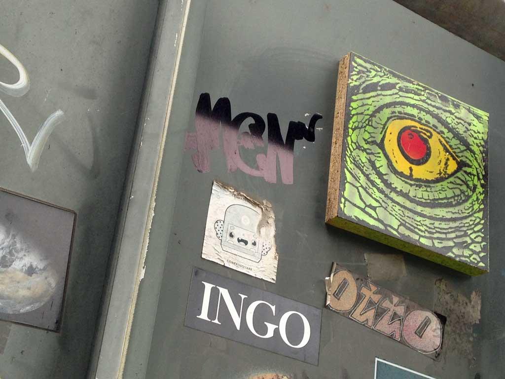 Street-Art in Frankfurt - Brett mit Krokodilauge