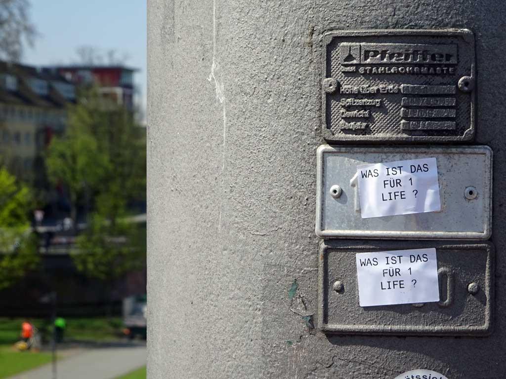 Straßen-Aufkleber in Frankfurt - Was ist das für 1 Life?