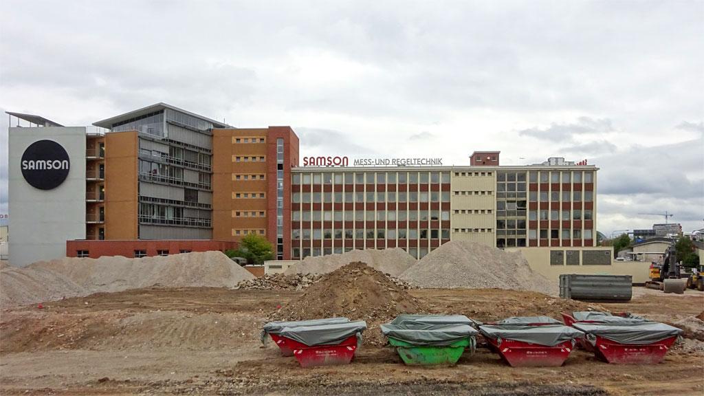 Bauschuttcontainer auf dem Areal vor Samson in Frankfurt