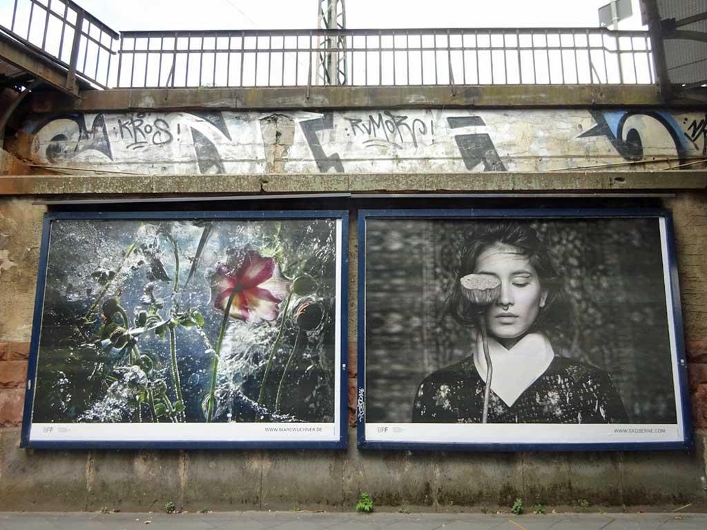 Plakataktion von Fotografinnen und Fotografen unter einer Eisenbahnbrück