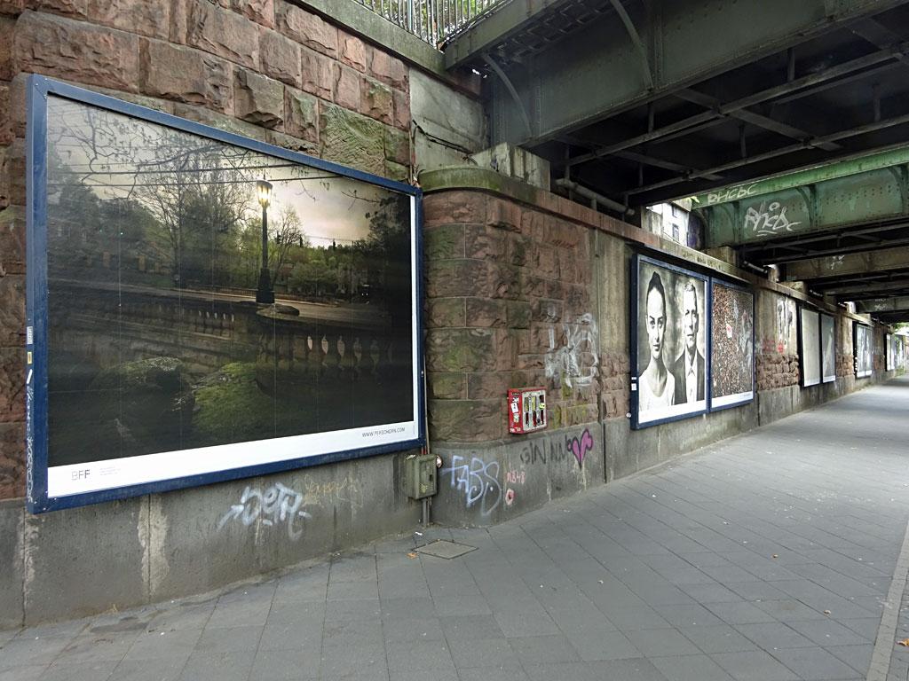 Fotoausstellung im öffentlichen Raum auf der Hanauer Landstraße