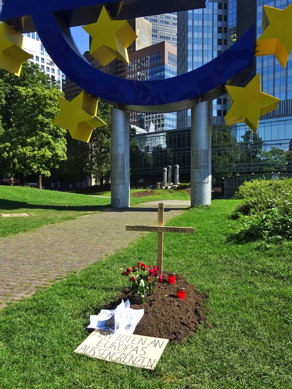 Grab vor EZB-Skulptur: Den Toten an Europas Außengrenzen