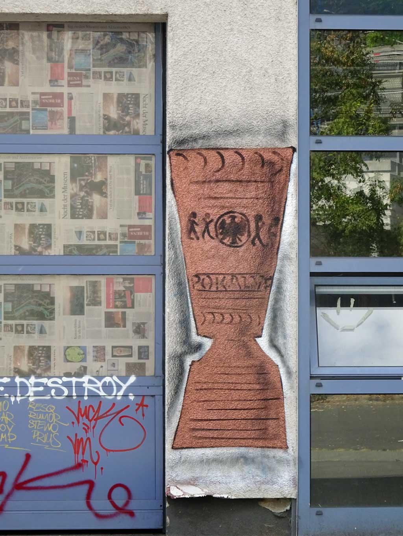 Graffiti eines DFB-Pokals mit Eintracht-Wappen