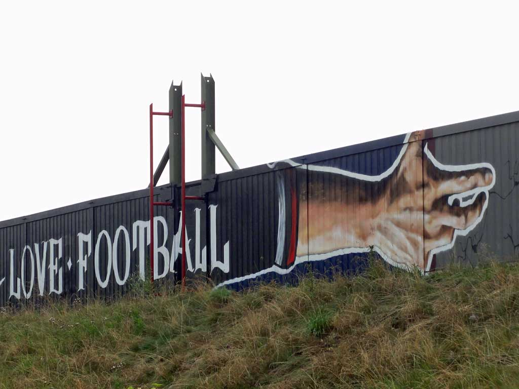 "Graffitiwandbildes ""Love Football - Hate Racism"" beim FSV Frankfurt"