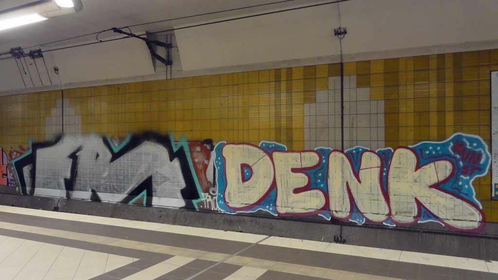 Graffiti an der Haltestelle Mühlberg in Frankfurt