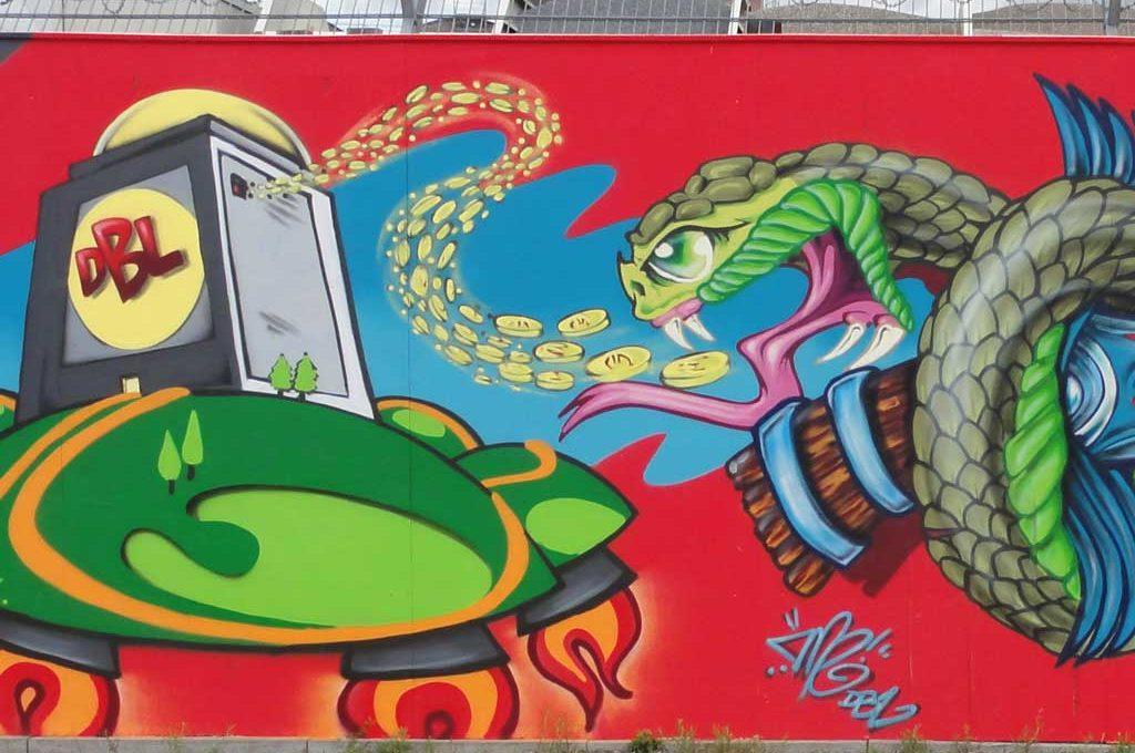 Geldgierige Schlange-Graffiti bei der EZB in Frankfurt