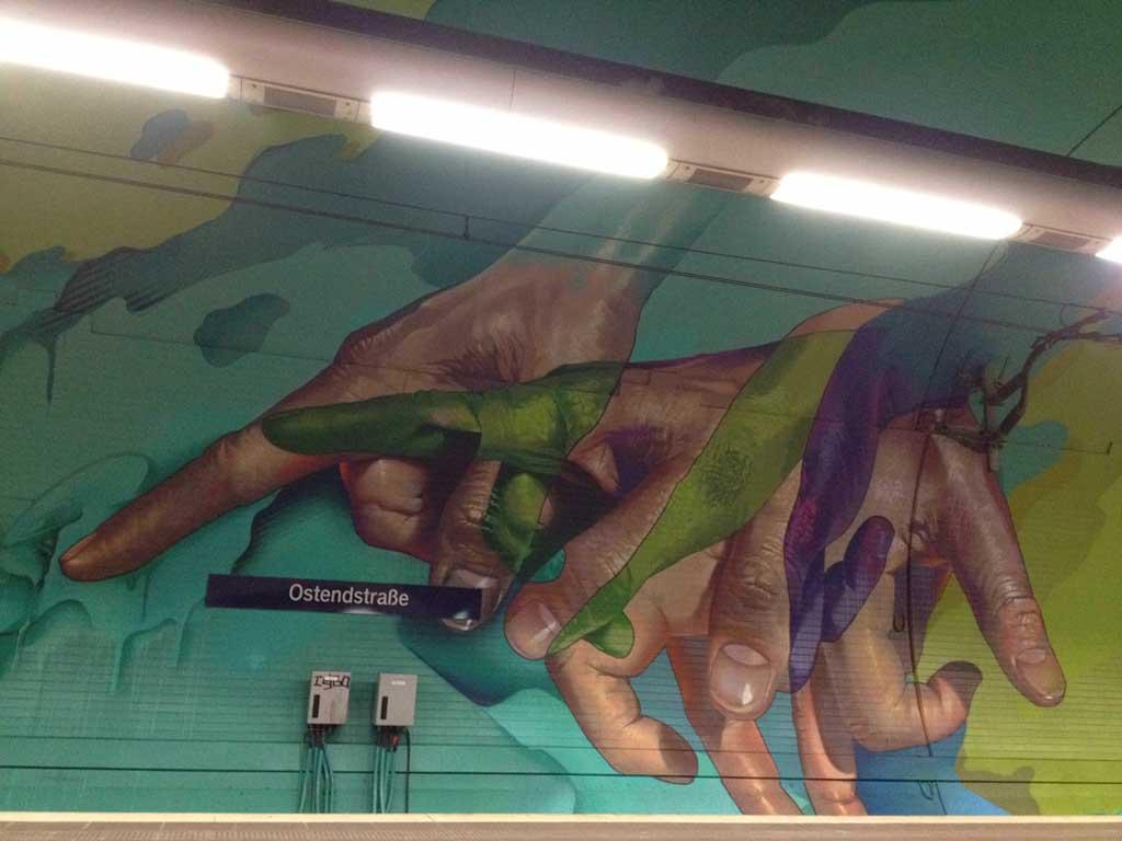 Laufende Hände Graffiti in der Haltestelle Ostendstrasse in Frankfurt
