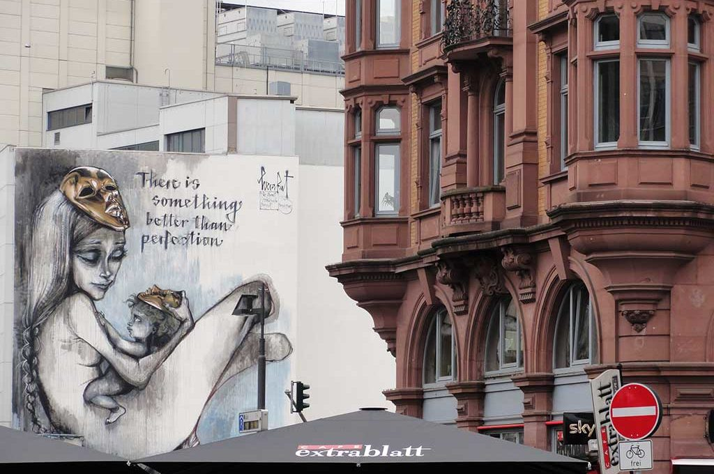 There is something better than perfection - Mural von Herakut in Frankfurt