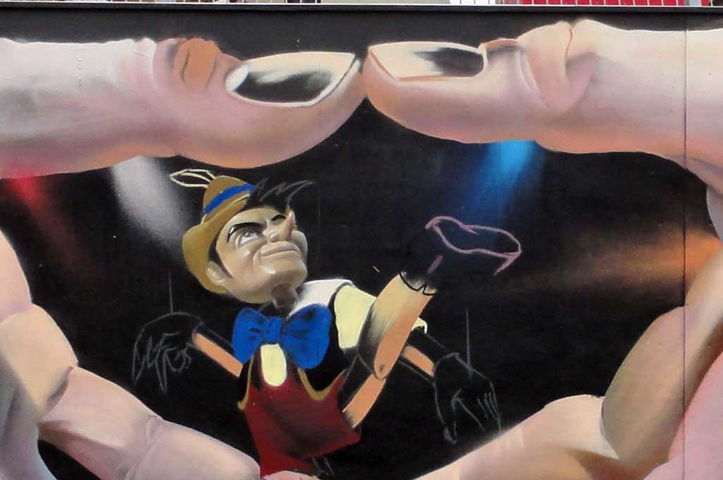 Merkelraute und Pinocchio-Marionette