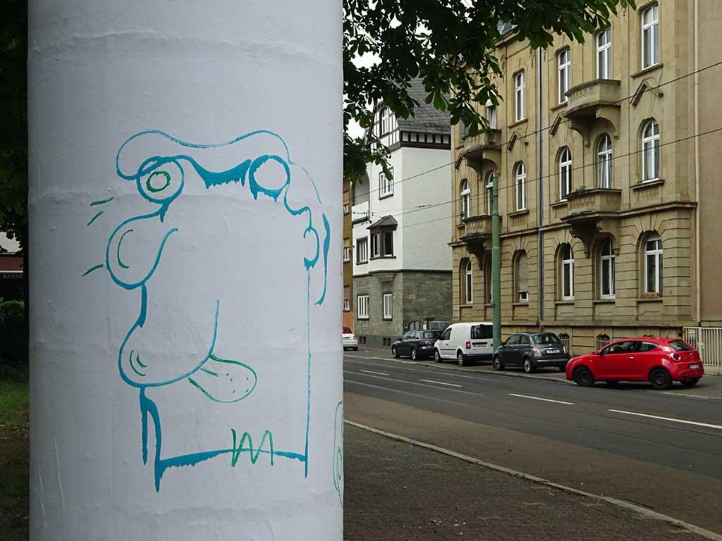 Street-Art in Frankfurt mit Gesichtern auf Liftaßsäulen