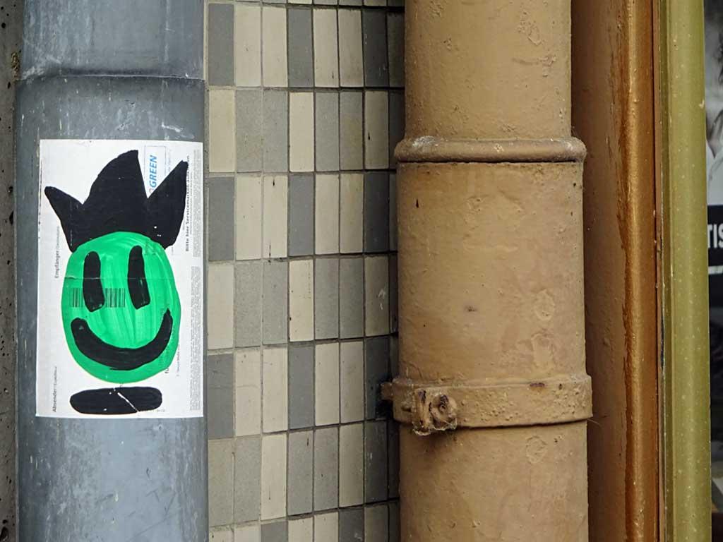 Street-Art in Frankfurt mit Gesichtern auf Aufklebern