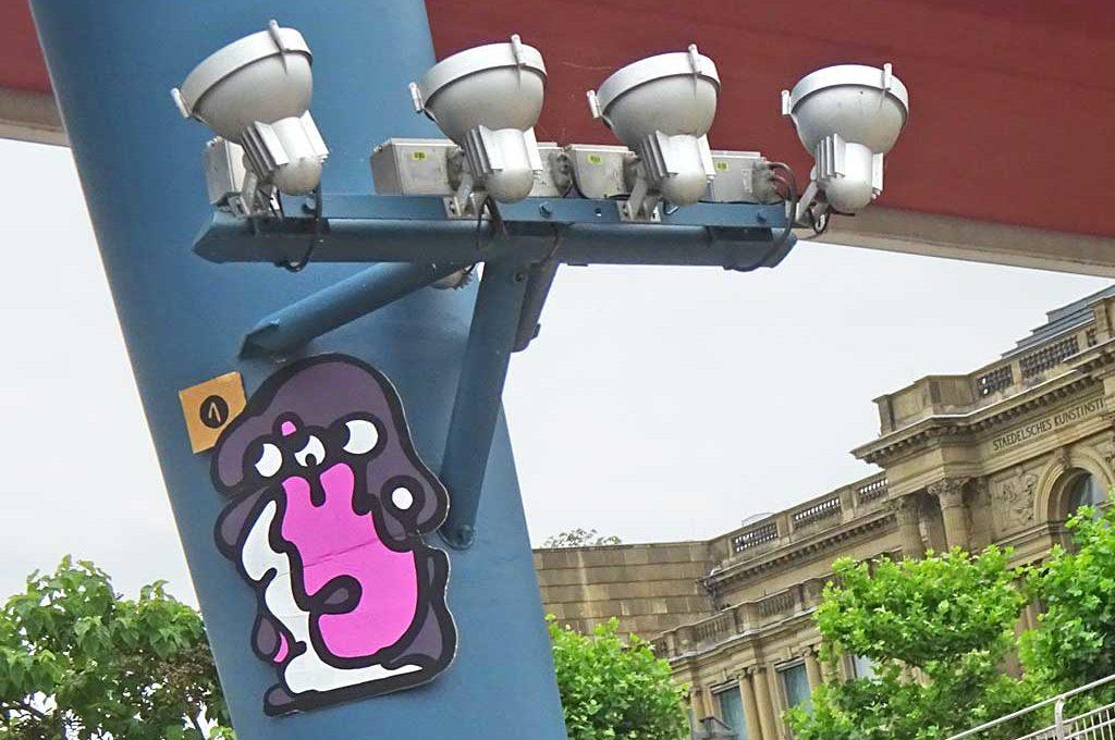 Street-Art in Frankfurt mit Gesichtern auf Pappe